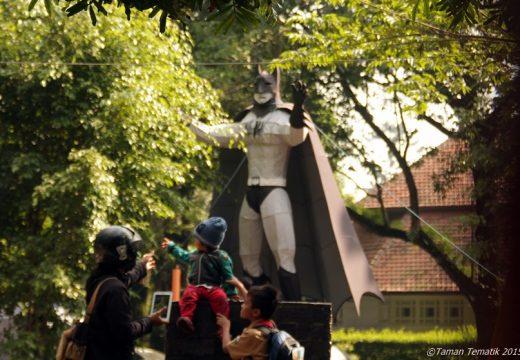 Ada beberapa Action Figure Super Hero di taman ini kaya Batman, Spiderman dan lainnya.