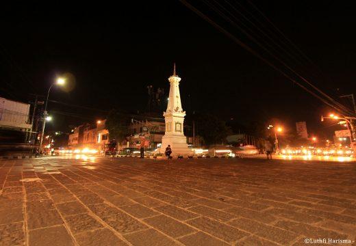 Tugu Yogyakarta di malam hari