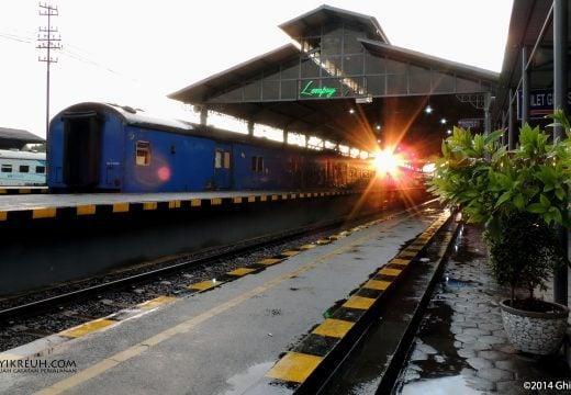 Sunrise menyambut kedatangan kita di Stasion Lempuyangan