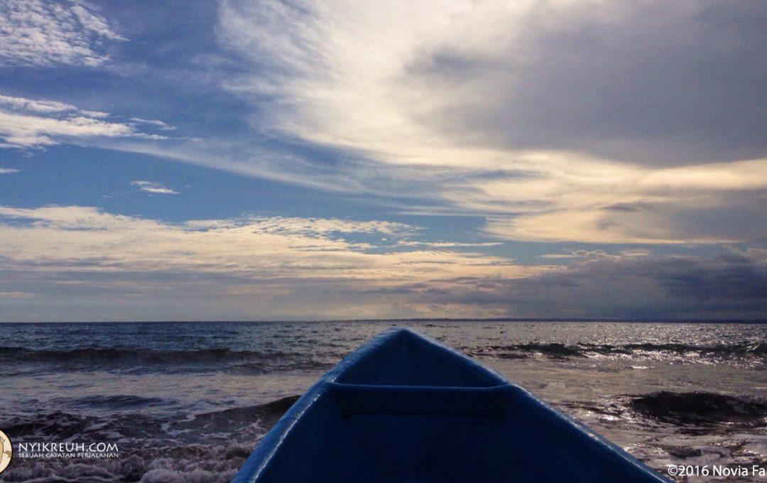 Naik perahu buat snorkeling di Pantai Pasir Putih