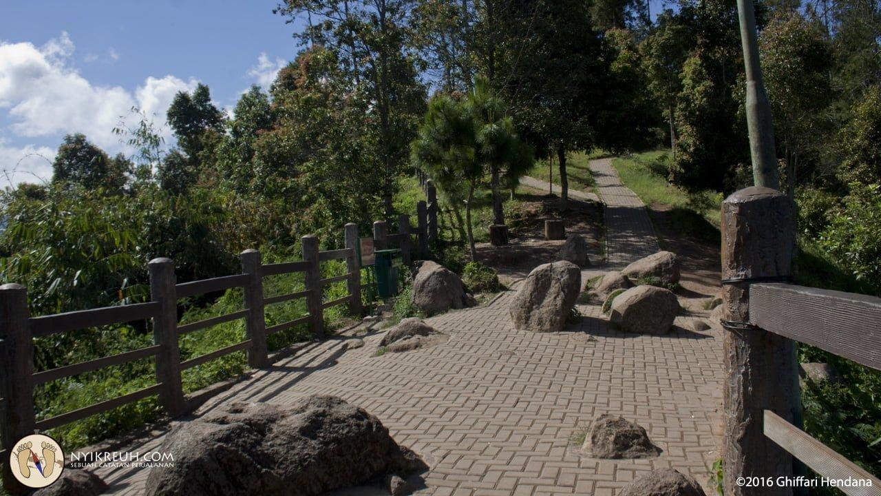 Jalan di tebing keraton udah dipakein Paving Block coy!