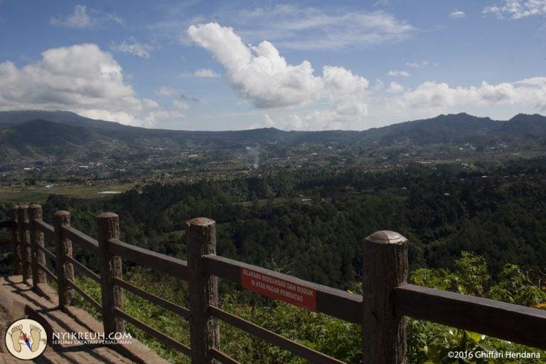 http://nyikreuh.com/pemandangan-dari-atas-tebing-keraton-bandung/pemandangan-dari-pinggir-tebing/