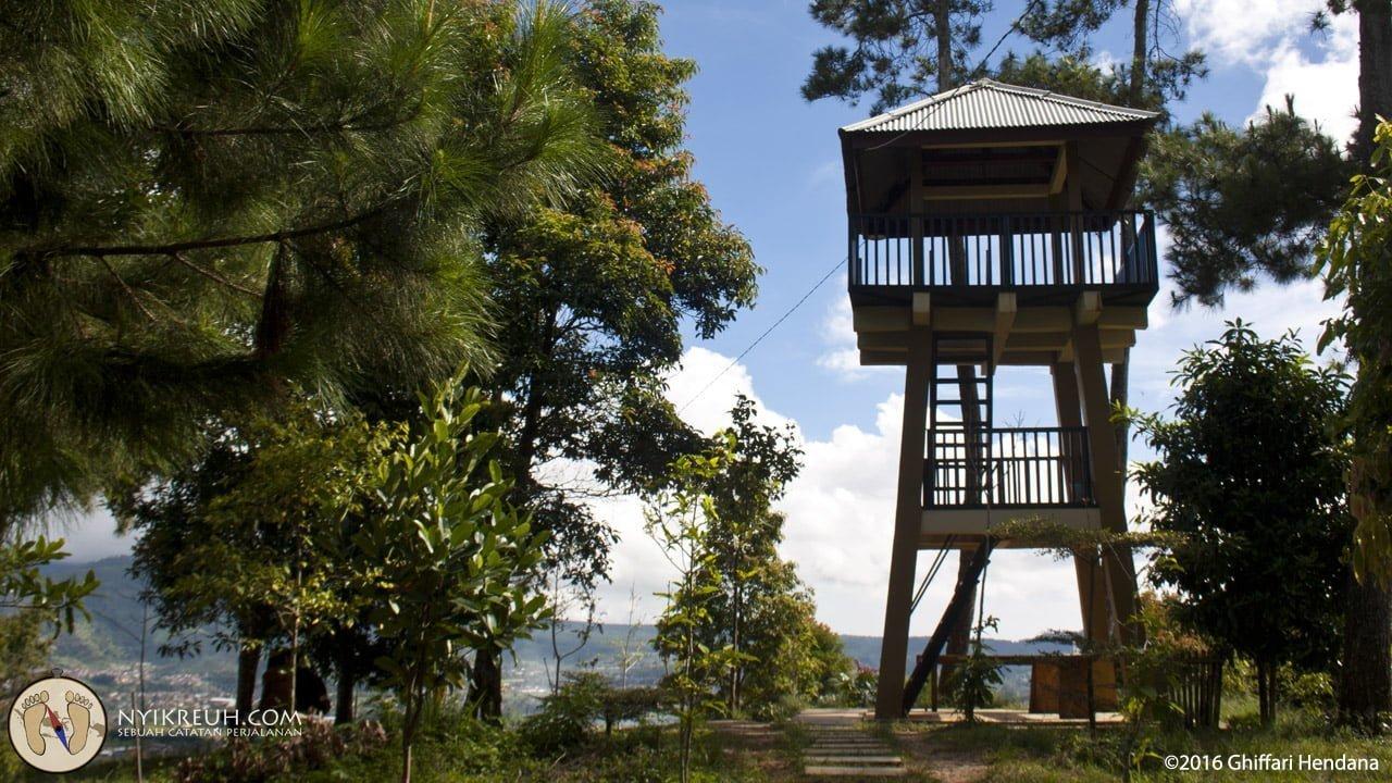 Kita bisa naik ke tower pengawas ini buat ngeliat dari tempat yang lebih atas