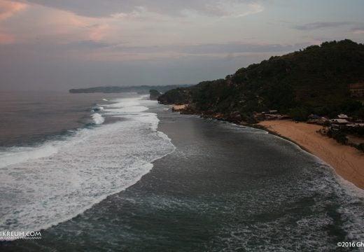 Pemandangan Pantai Pok Tunggal dari atas Tebing Panjung