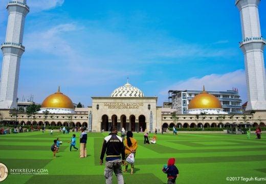 Masjid Agung Alun-Alun kota Bandung biasa ramai saat bulan puasa