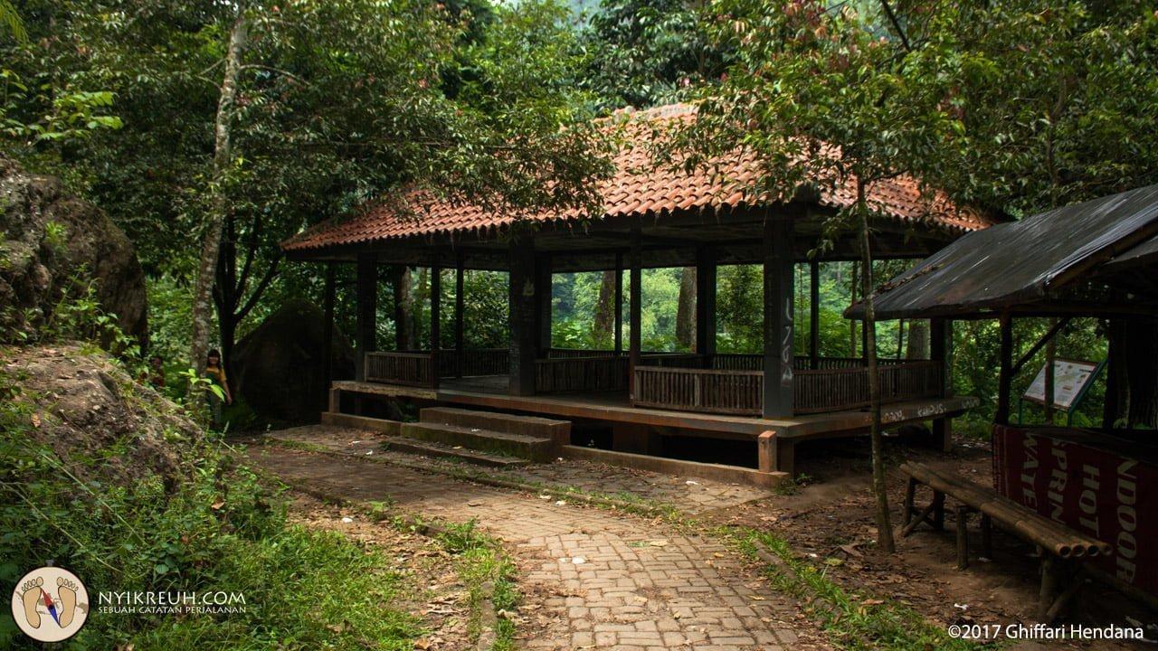 Gausah khawatir cape, banyak saung yang bisa dipake istirahat sepanjang perjalanan