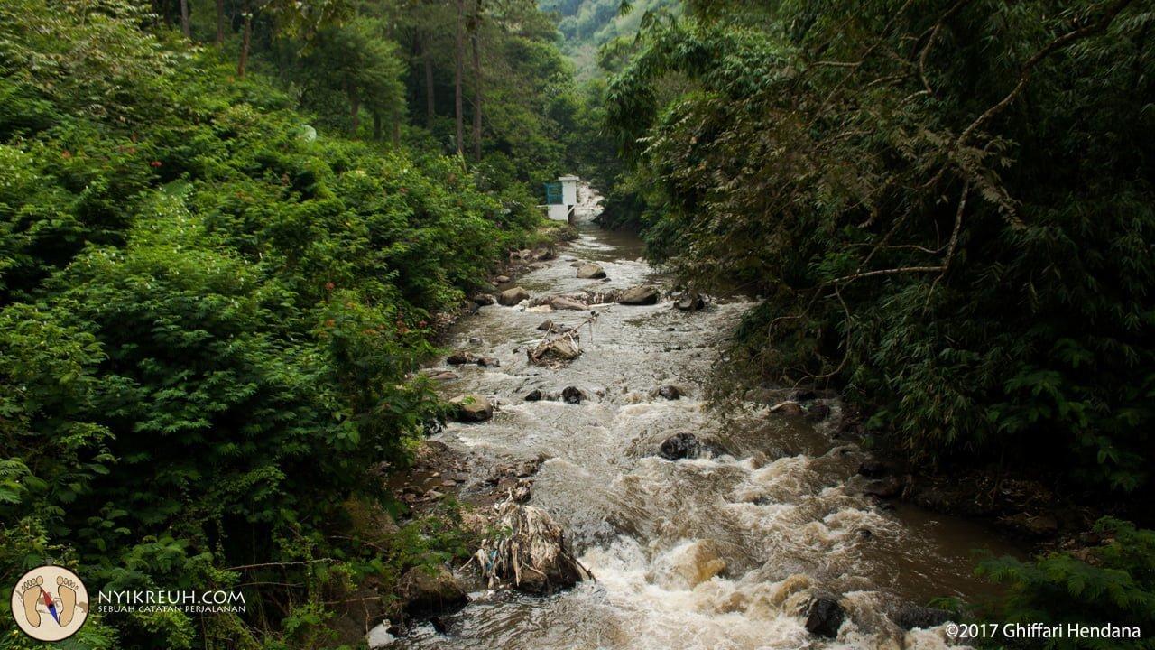 Sungai yang ngalir lewatin curug omas