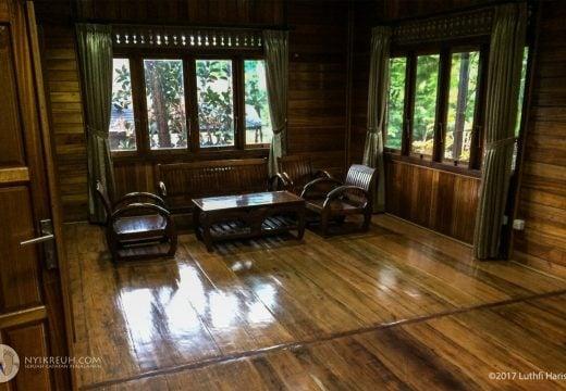 Lantai duanya lumayan luas, bisa dipake ngobrol-ngobrol banyakan