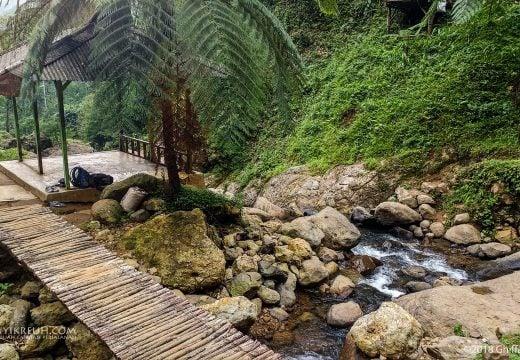 Jembatan Kayu dan Saung di Curug
