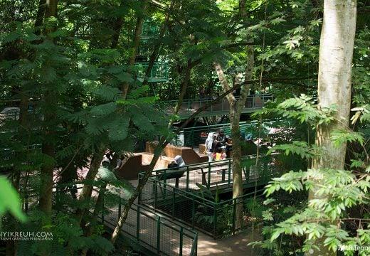 Bersantai di Hutan Kota Baksil