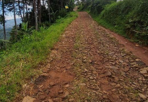 Jalanan yang rusak berat menuju tebing karaton
