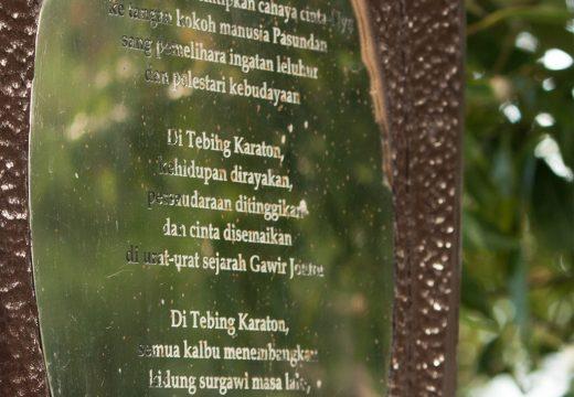 Puisi yang ditulis di sejenis monumen(?) di jembatan kayu