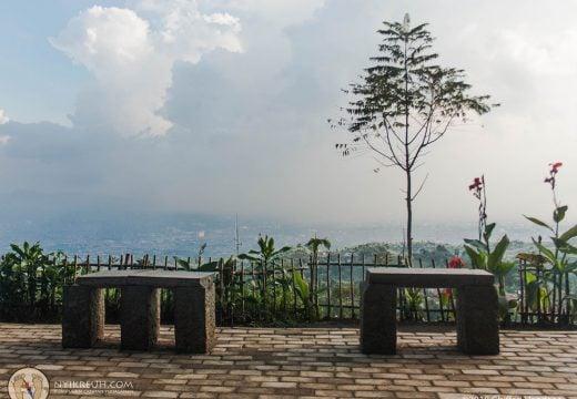 Duduk sembari menanti city light di Bukit Moko