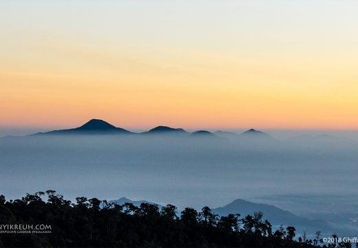 Kabut yang menyelimuti gunung dari kejauhan
