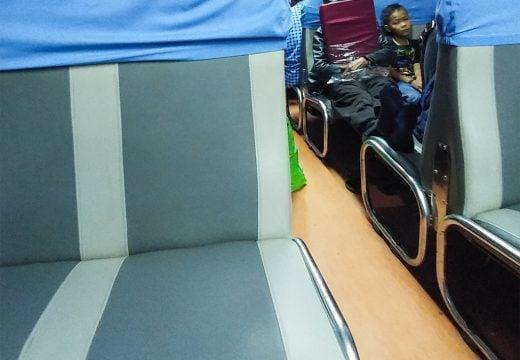 Interior dari kereta Kahuripan, kereta sederhana menuju Jogjakarta