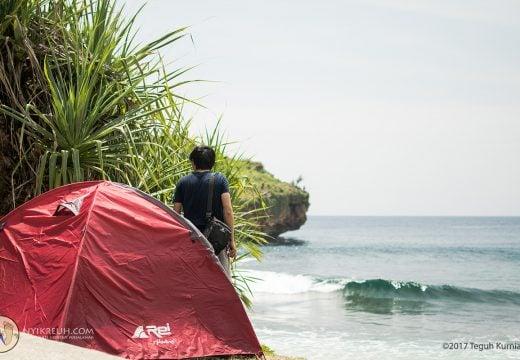 Camping di pinggir pantai Srau