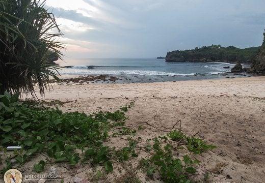 Tepian Pantai Srau Pacitan