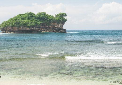 Pantai Watu Karung dengan Karang Besarnya