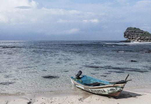 Perahu nelayan di Watu Karung