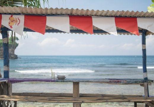 Saung di Pantai Watu Karung