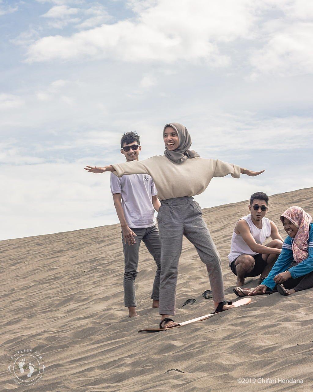 Belajar Sandboarding dengan Pemandu Lokal