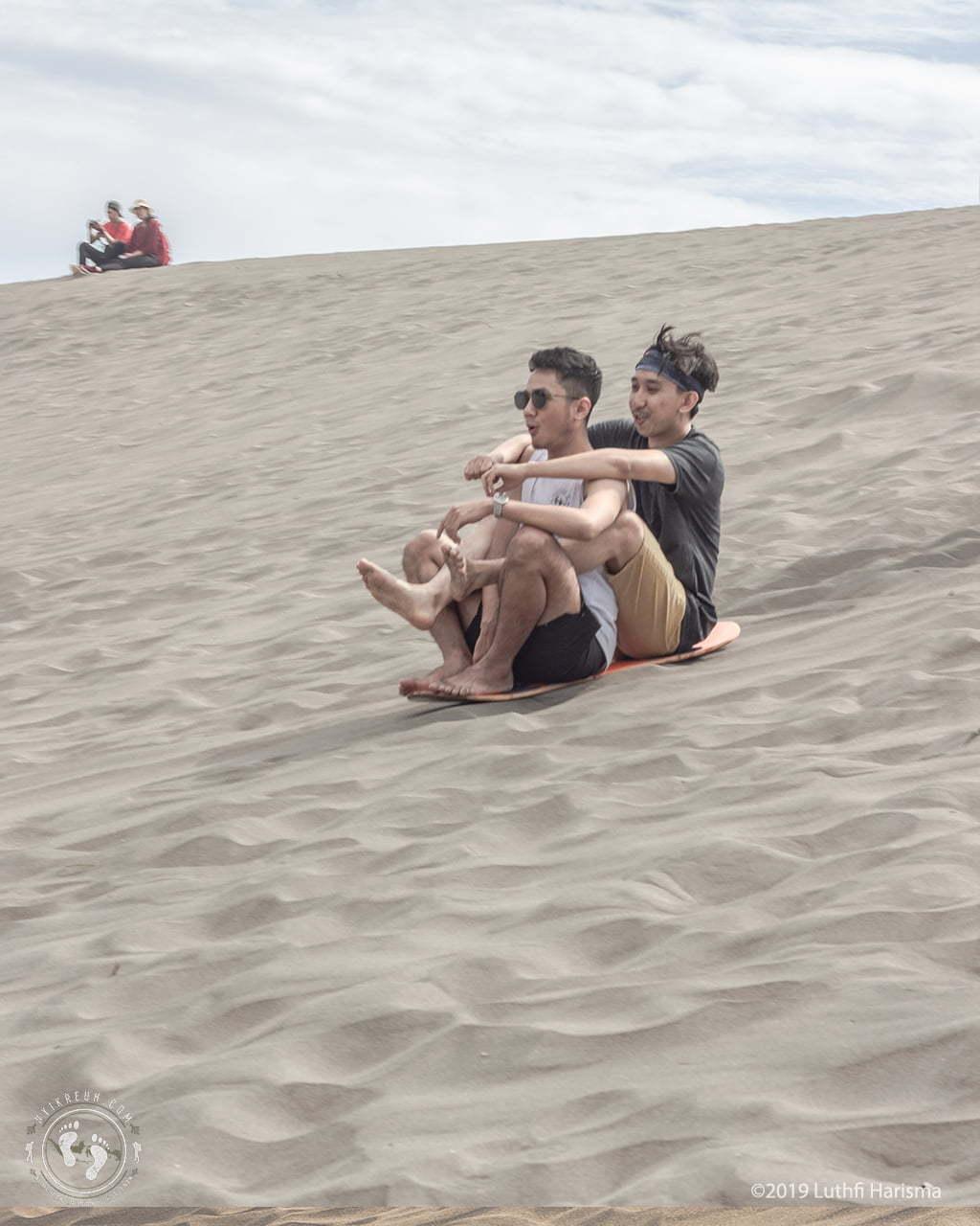 Sandboarding untuk pemula bisa sambil duduk