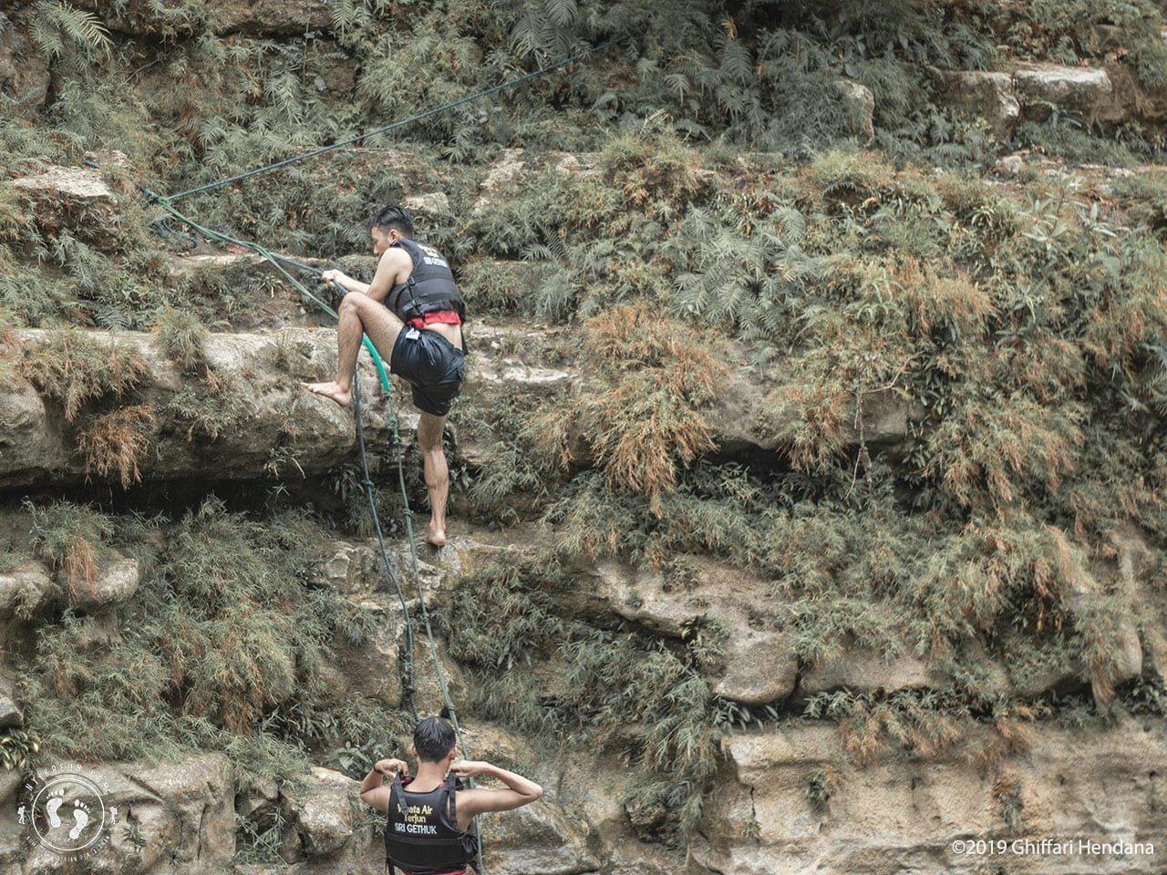 Memanjat untuk Lompat dari Tebing