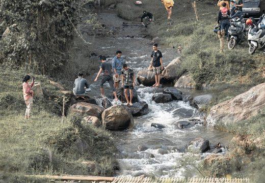 Camping di tepi sungai yang mengalir melalui camping ground Ranca Cangkuang