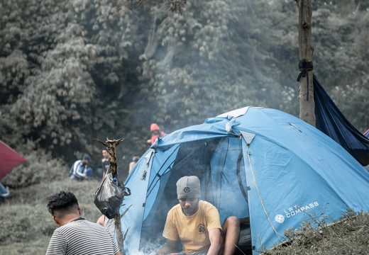 Masak, makan, minum dan bencengkrama di depan tenda