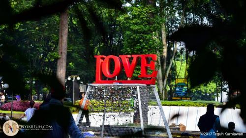 """Nempelin gembok di lokasi """"Gembok Cinta"""" di balai kota"""