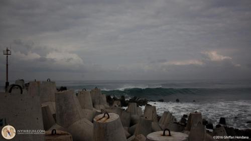 Pemecah Ombak di Pantai Glagah Kebumen