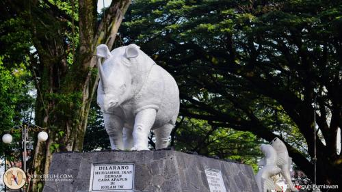 Patung badak putih di balai kota Bandung