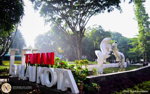 Taman Balai Kota Bandung (Patung ikan putih)