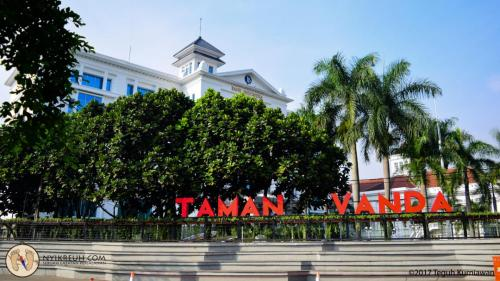 Taman Vanda di samping gedung Bank Indonesia