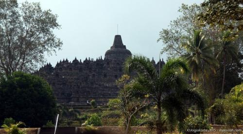 Candi Borobudur, candi dan juga monumen Buddha terbesar di dunia. Sampai sekarang candi ini masih dijadiin tempat ziarah dari umat Buddha di seluruh dunia.